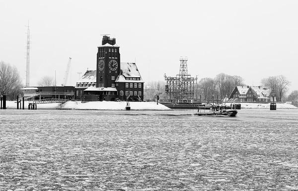 Lotsenstation Hamburg mit Eis auf der Elbe