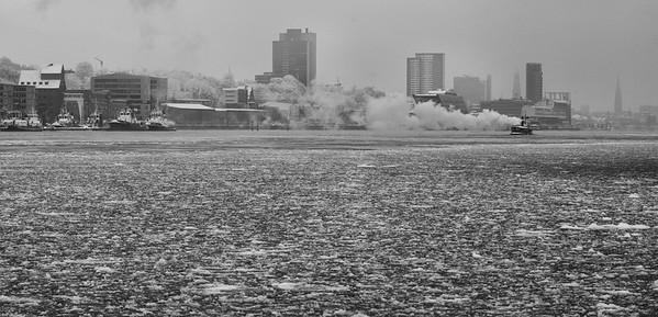 Dampfschiff auf der Elbe mit Eis im Winter Hamburg