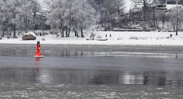 Backbordfahrwassertonne vor Alter Schwede am Elbstrand Hamburg mit Schnee