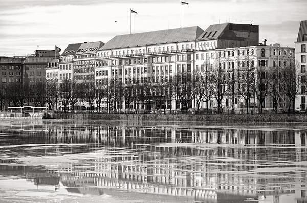 Binnenalster Hamburg mit Eis auf dem Wasserblick auf Hotel Vier Jahreszeiten