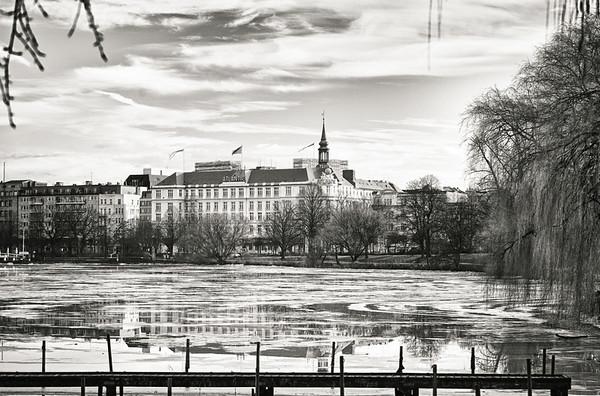 Außenalster mit Eis auf dem Wasser Blick auf Hotel Atlantic in Schwarzweiß