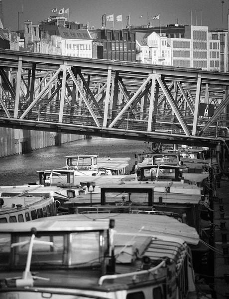 Barkassen an den Landungsbrücken in Schwarzweiß Hamburg