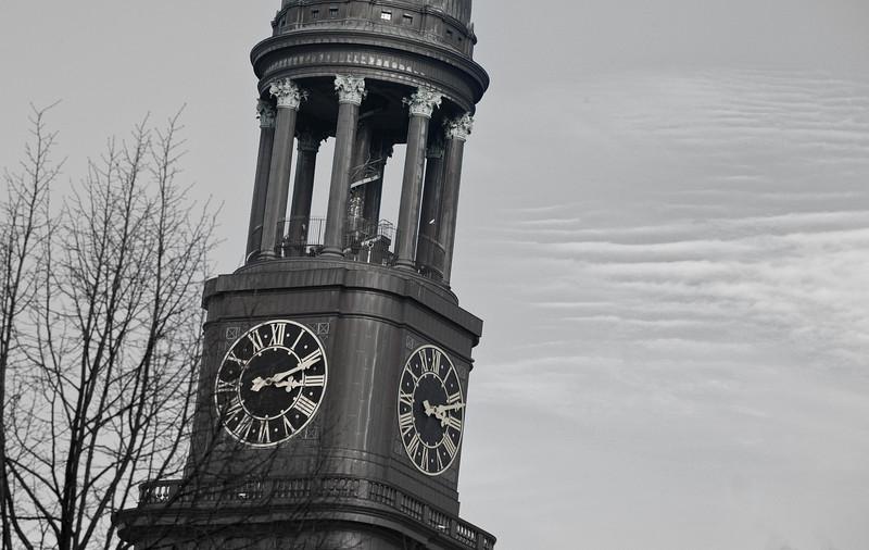 Michelturm in schwarz-weiß leicht schief gestellt
