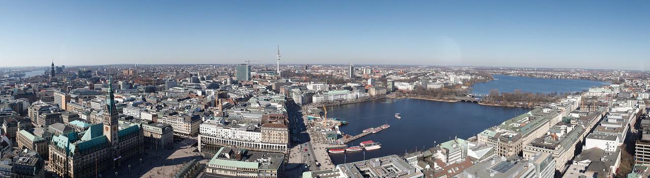 Panorama Hamburg Innenstadt Aussicht auf Alster und Rathaus im Winter