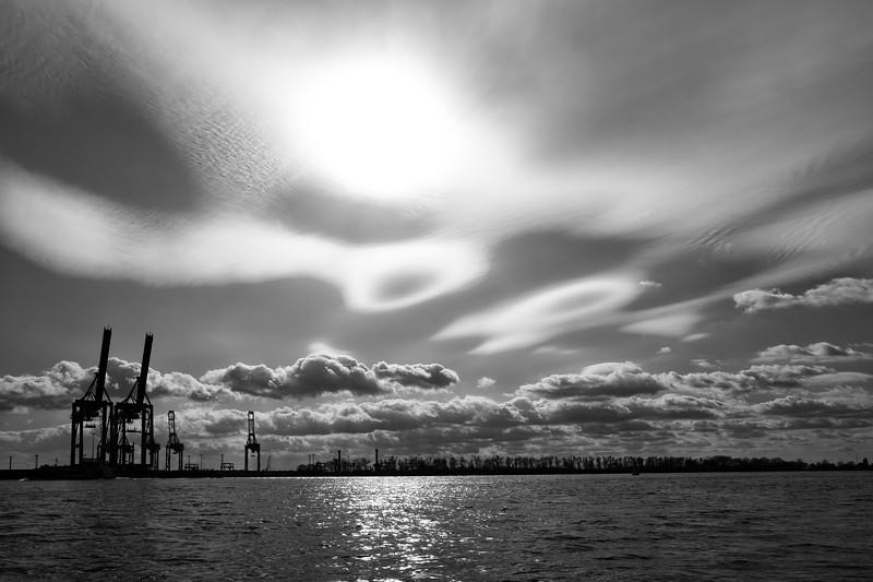 Elbe bei Hamburg in Schwarzweiß mit sehr hohen Wolken