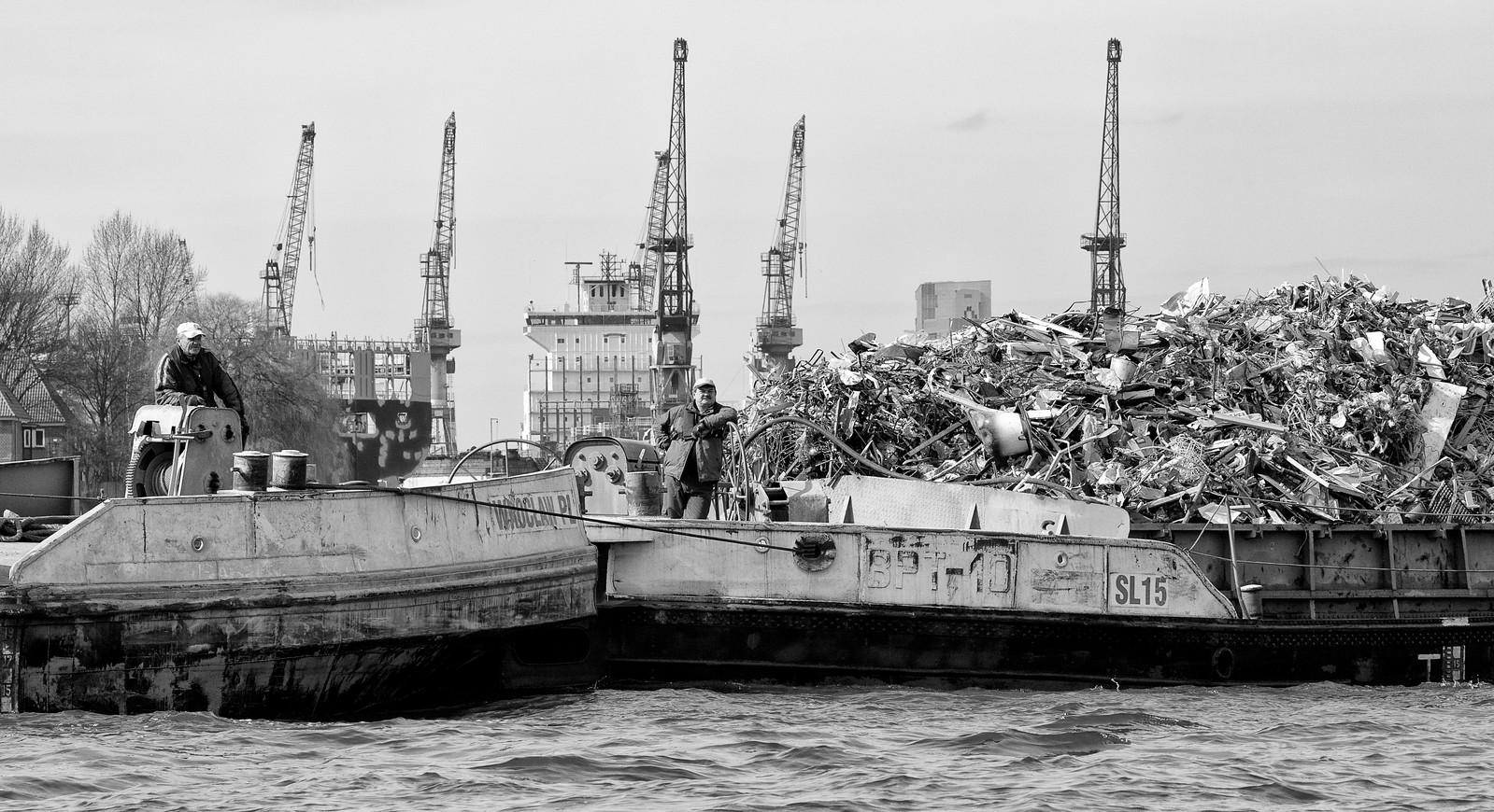 Binnenschiff mit Schrott in Hamburg