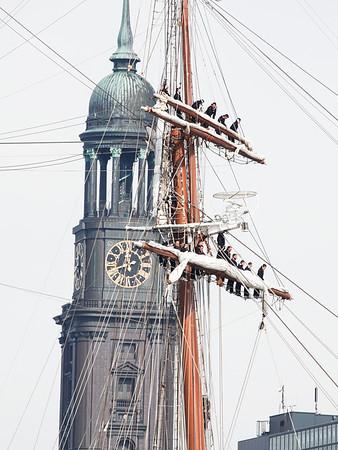 Spanisches Segelschulschiff in Hamburg an der Überseebrücke mit Matrosen in Hamburg