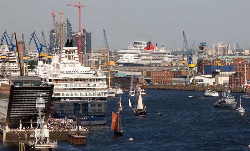 Queen Mary 2 auf der Elbe in Hamburg Hafengeburtstag