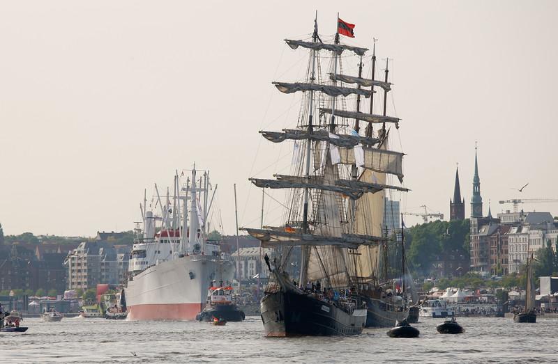 Segelschiffe und Cap San Diego auf der Elbe Hafengeburtstag Hamburg