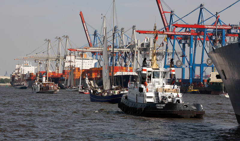 Schlepper und Segelschiffe auf der Elbe in Hamburg vor dem Athabaskakai