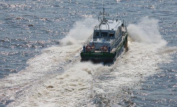 Zollboot KuhWerder auf der Elbe in Hamburg in Fahrt