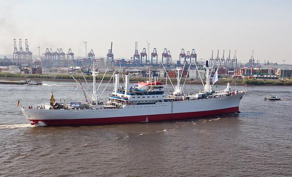 Cap San Diego auf der Elbe in Fahrt Hamburg