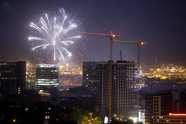 Feuerwerk mit Baustelle tanzende Türme