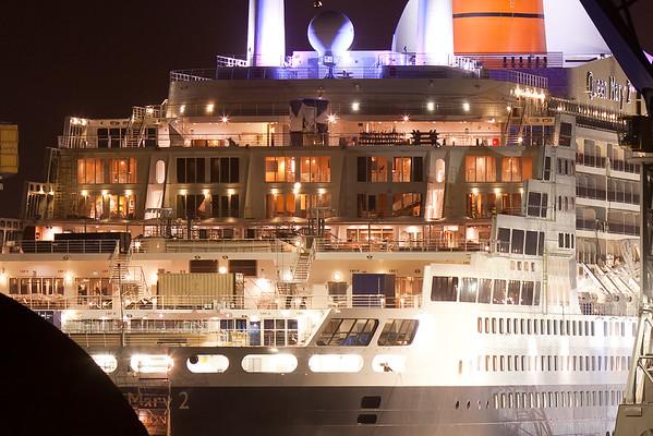 Queen Mary 2 im Trockendock Blohm und Voss Hamburg in der Nacht