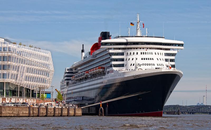 Queen Mary 2 von vorne Hamburg HafenCity