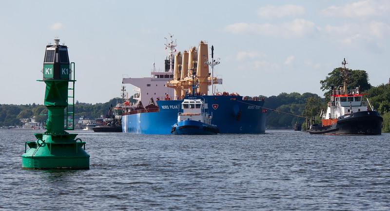 Massengutfrachter mit 3 Schleppern auf der Elbe in Hamburg