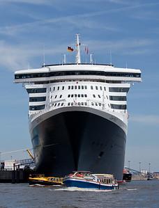 Queen Mary 2 von vorne in Hamburg HafenCity