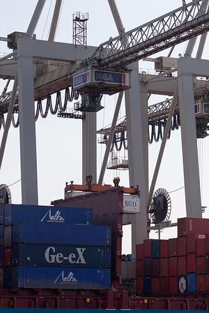 Container bei der Entladung Athabaskakai Hamburg