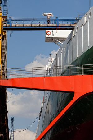 Schiff im Schwimmdock Blohm und Voss mit Mensch Arbeiter
