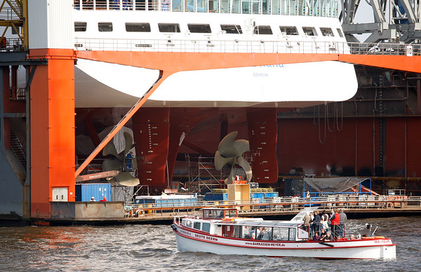 Barkasse vor Kreuzfahrtschiff im Trockendock von Aida in Hamburg