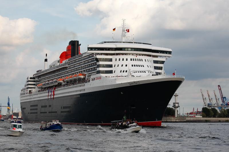 Queen Mary 2 verlässt Hamburg am Tag Höhe Köhlbrand