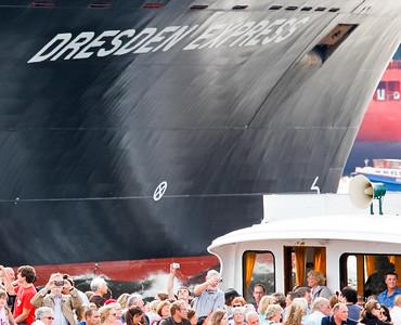 Hafenrundfahrt mit Menschen im Hamburger Hafen vor Containerschiff Dresden Express