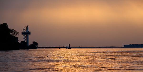 Elbe bei Hamburg  am Abend