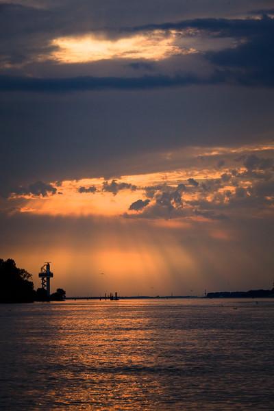 Elbe bei Hamburg mit Wolken am Abend