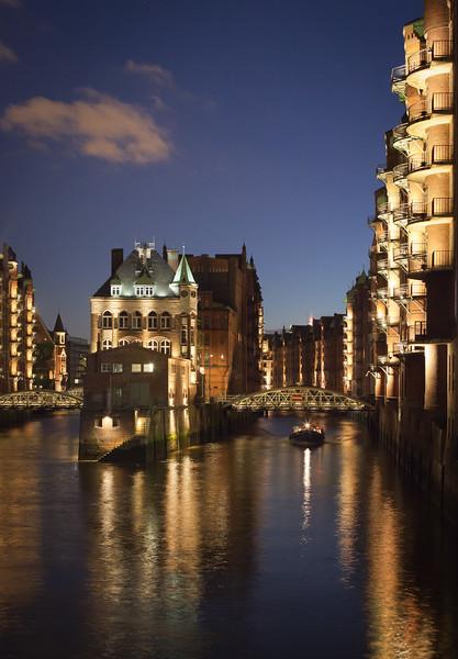 Speicherstadt Poggenmühle Hamburg am Abend mit Barkasse
