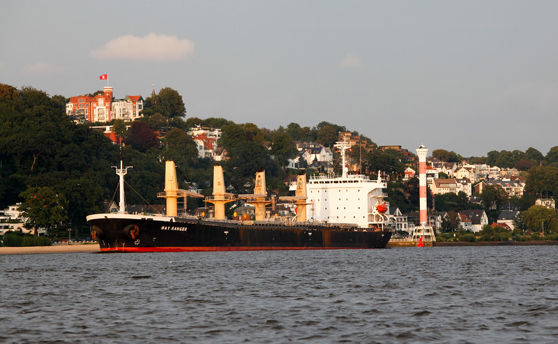 Massengutfrachter verlässt Hamburg auf der Elbe Höhe Blankenese am Abend