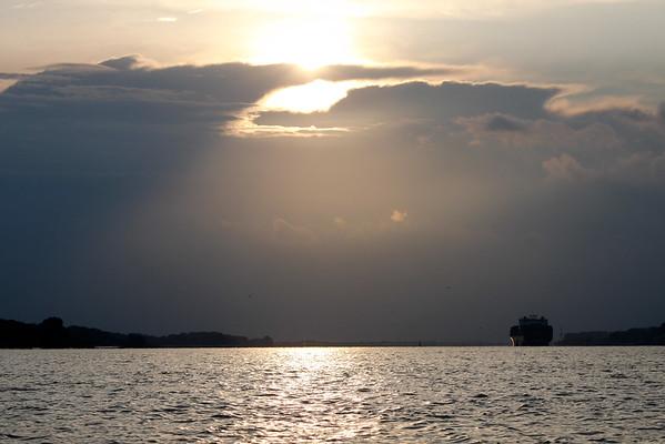 Containerschiff auf der Elbe bei Hamburg am Abend mit Wolken