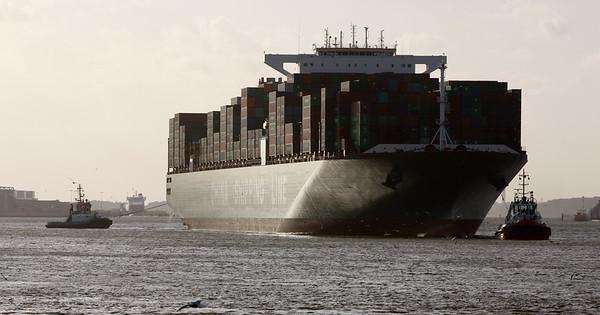 Containerschiff mit 2 Schleppern in Hamburg auf der Elbe