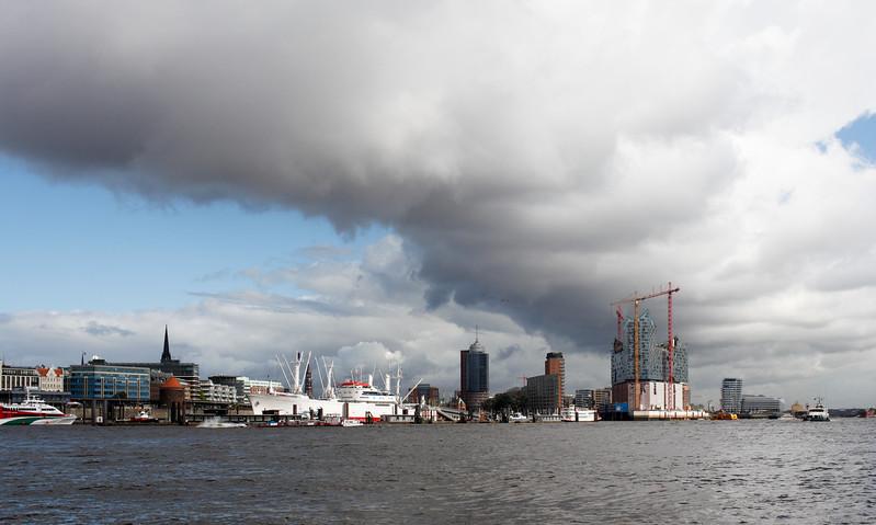 Hamburg Skyline mit Wolken am Tag