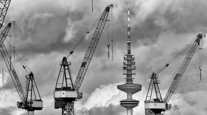 Hafenkräne und Fernsehturm Hamburg Schwarzweiß am Tag