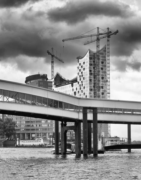 am Tag Baustelle Elbphilharmonie und Überseebrücke am Tag Schwarzweiß
