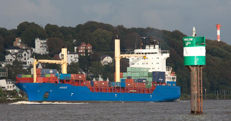 Containerschiff auf der Elbe vor Blankenese Hamburg am Tag
