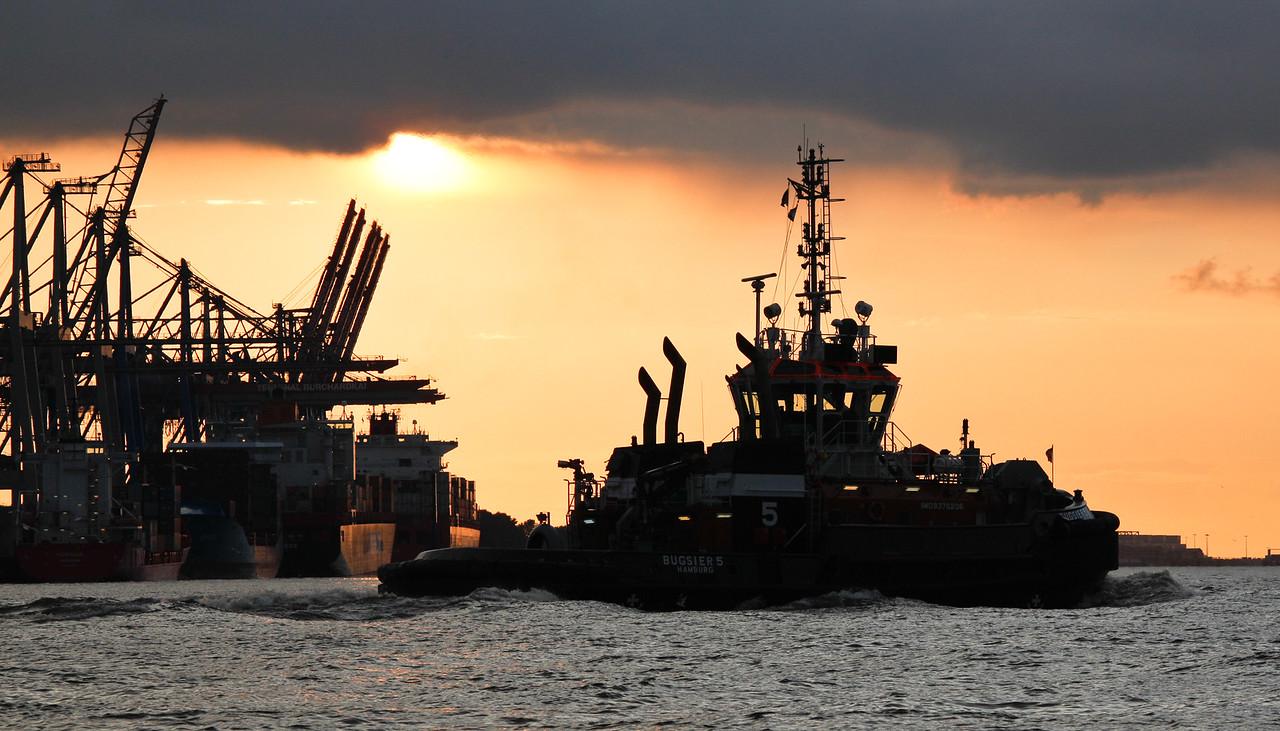 Silhouette BUGSIER 5 auf der Elbe vor Athabaskakai am Tag Hamburg