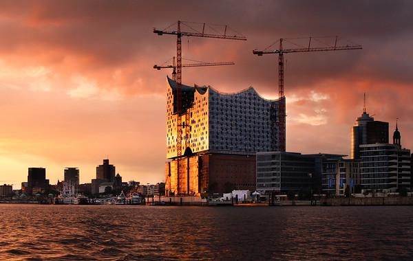 Baustelle Elbphilharmonie am Abend in der Abendsonne Hamburg