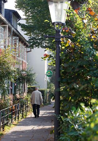 Oevelgönne Mensch Rentner geht spazieren am Tag Hamburg