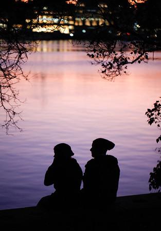 2 Menschen an der Binnenalster am Abend in der Dämmerung Silhouetten Hamburg