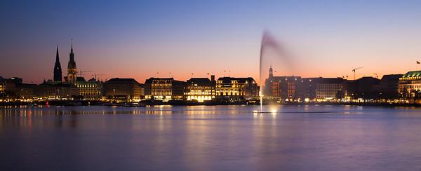 Binnenalster Hamburg am Abend mit Fontäne bei Abendroth