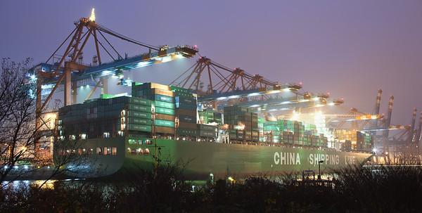 Containerschiff im Waltershofer Hafen am Abend