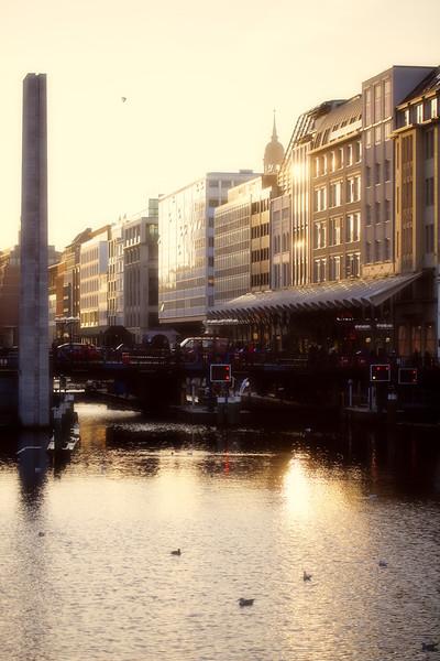 Rathausschleuse am Abend Hamburg