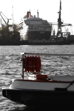 Queen Mary 2 im Trockendock Elbe 17 Hamburg mit Barkasse im Vordergrund