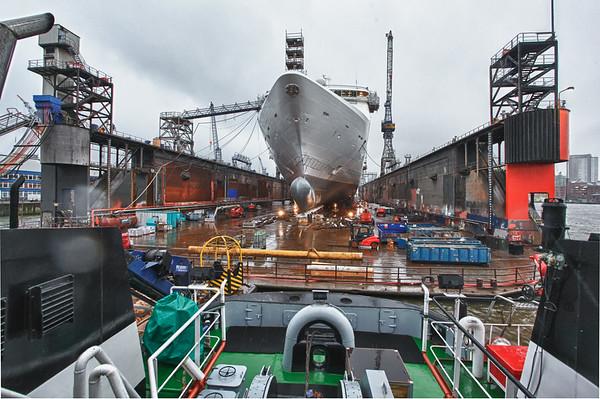 Schwimmdock 10 Blohm und Voss mit Schiff vom Schlepper aus fotografiert in Hamburg bei Regen