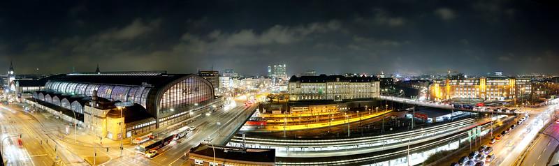 Ausblick auf den Hauptbahnhof Hamburg bei Nacht