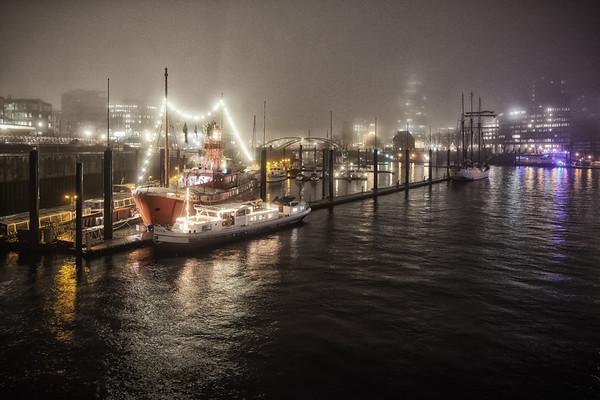 Hamburg City Sportboothafen bei Nacht mit Feuerschiff und Nebel