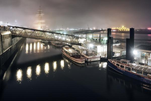 Landungsbrücken bei Nacht mit leichtem Nebel Hamburg mit Barkassen