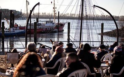 Museumshafen oevelgönne historische Schiffe bei Tag Hamburg mit Menschen im Café