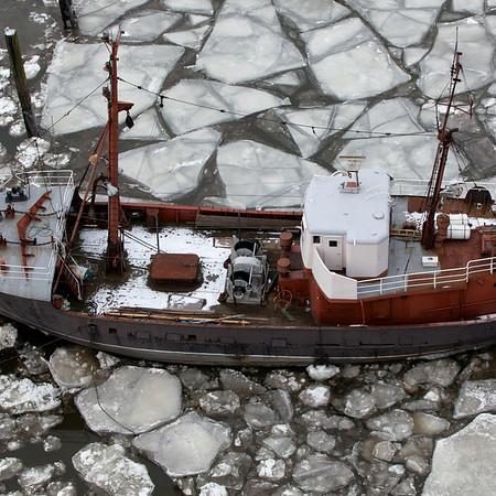 Kutter festgefroren im Eis im Museumshafenoevelgönne im Winter am Tag